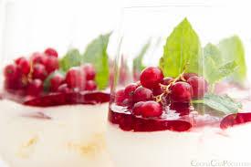 frutas silvestres con yogur y menta