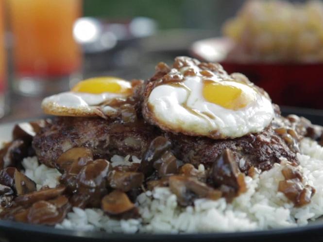 locomoco: pastel de carne o hamburguesa servido con gravy y dos huevos fritos