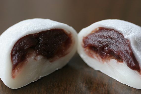 mochi: masa de arroz glutinosa con azúcar y pasta de alubia roja